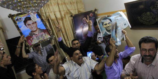 La famille et les amis de Mohammed Assaf célèbre sa victoire à Khan Younès, dans la bande de Gaza, le 22 juin.