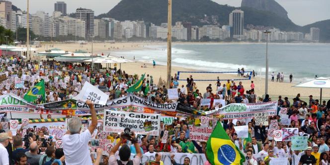 Manifestants près de la plage de Copacabana à Rio de Janeiro, le 23 juin.