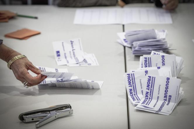 Dépouillement au soir du second tour de l'élection législative partielle à la mairie de Villeneuve-sur-Lot (Lot-et-Garonne), dimanche 23 juin.