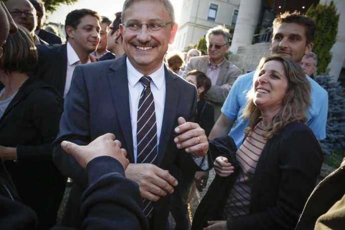 Le candidat UMP Jean-Louis Costesa remporté, dimanche 23 juin, l'élection législative partielle de Villeneuve-sur-Lot face au candidat du Front national Etienne Bousquet-Cassagne (gauche).