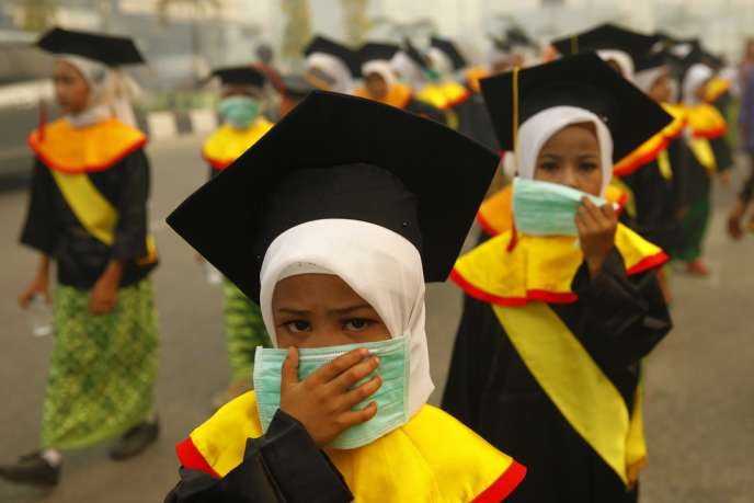 Des écolières se protègent des fumées sur l'île de Sumatra, le 23 juin.