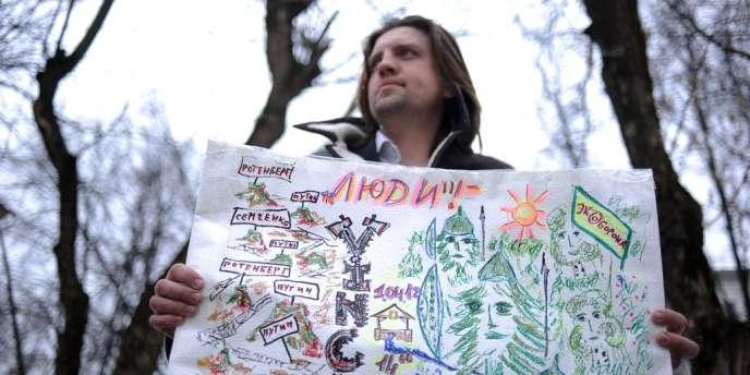 Un activiste du mouvement de protection de la forêt de Khimki proteste contre le projet d'autoroute reliant Moscou à Saint-Pétersbourg, en mars 2012. Des ONG ont demandé l'ouverture du enquête contre le groupe Vinci a qui a été confié le projet, pour suspicions de corruption.