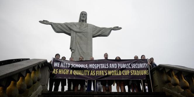 Théâtre d'une mobilisation sans précédent contre les inégalités sociales, le Brésil voit ses perspectives économiques amputées radicalement par le FMI.
