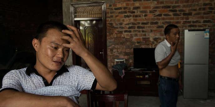 Meng Changjian (a gauche) et son oncle Meng Tianming dans la maison familiale. Tous deux sont rentres récemment du Ghana.