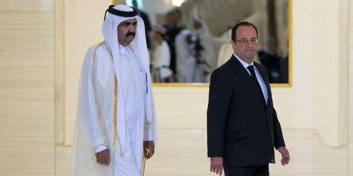 L'émir du Qatar, Hamed Ben Khalifa Al-Thani, et François Hollande à Doha, le 23 juin.