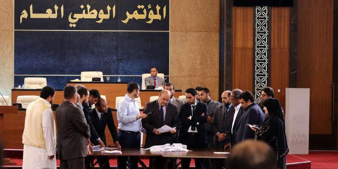Des membres du Congrès général national au premier tour du scrutin pour élire leur président, le 25 juin à Tripoli.