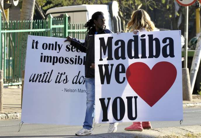 Des Sud-Africains venus témoigner de leur attachement à Nelson Mandela devant le Mediclinic Heart Hospital de Pretoria, le 25 juin.