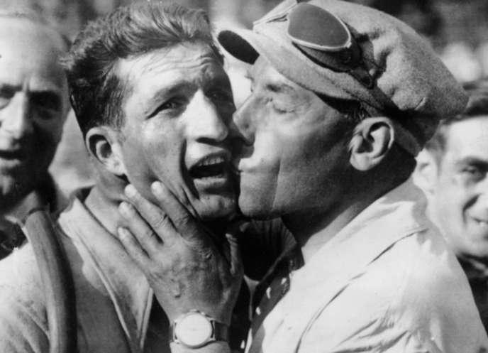 Photo prise le 18 juillet 1938 à Marseille, du coureur italien Gino Bartali, félicité par son directeur sportif Costante Girardengo après sa victoire à l'arrivée de la 11ème étape du Tour de France, disputée entre Montpellier et Marseille.  Bartali remportera son premier Tour de France à Paris. AFP PHOTO