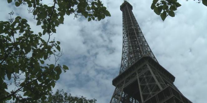 Un tronçon d'escalier de la Tour Eiffel d'une hauteur de 3,50 mètres a été adjugé lundi 25 novembre à Paris 220 000 euros, a annoncé la maison de ventes Artcurial.
