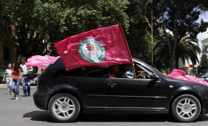 Des militants de gauche fêtent leur victoire, le 25 juin à Tirana.