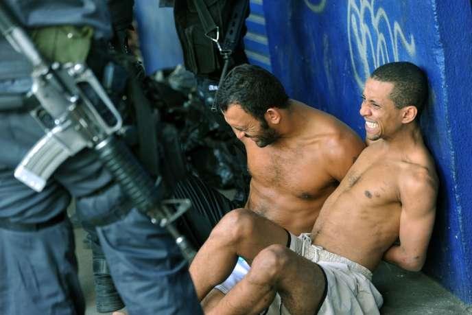 Deux personnes arrêtées dans une favela de Rio de Janeiro, mardi 25 juin.