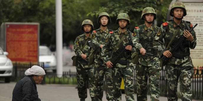 Des militaires chinois patrouillent dans la ville d'Urumqi, dans la province du Xinjiang, en juillet 2010.