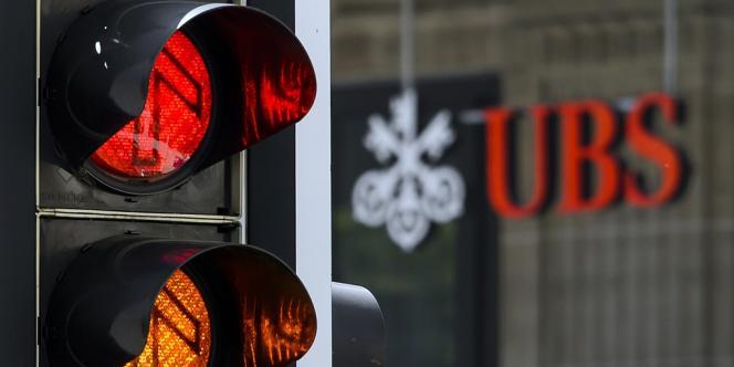 UBS a indiqué que son bénéfice net avait atteint approximativement 690 millions de francs suisses (558 millions d'euros) au deuxième trimestre, soit une hausse de 62,5 %.