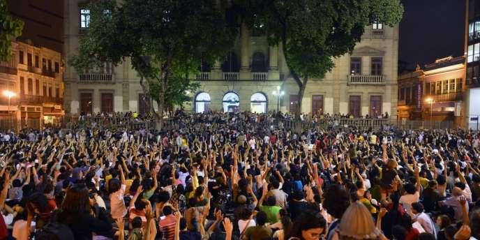Assemblée générale des étudiants de l'université du Brésil, sur le parvis de l'école de philosophie, à Rio de Janeiro, le 25 juin.