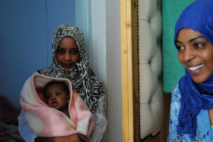 Zaineb (à gauche) et Fatma, dans leur maison de Médenine, en Tunisie.