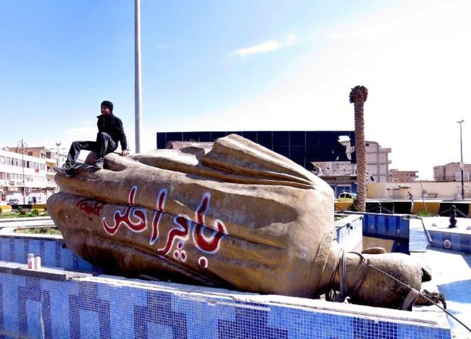 Image fournie par un journaliste citoyen syrien de Raqqa. Sur la statue à terre est écrit