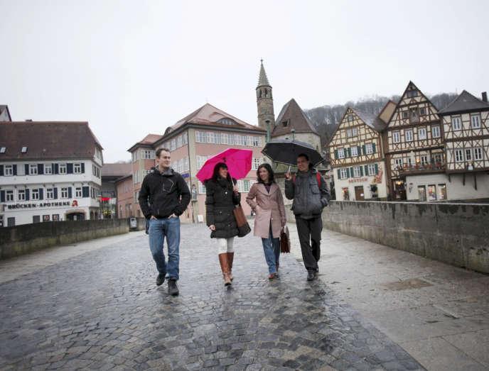 Quatre jeunes ingénieurs ou architectes espagnols dans les rues de Schwäbisch Hall, dans le Bade-Wurtemberg (Allemagne).