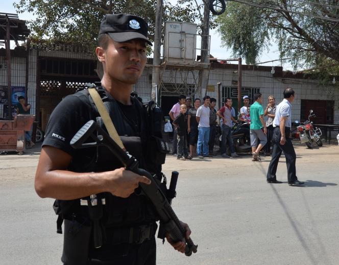 Un policier chinois patrouille dans le bourg de Lukqun (province du Xinjiang).