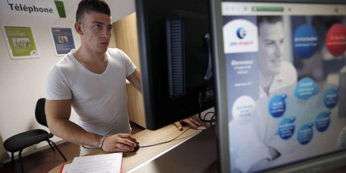 Un demandeur d'emploi dans une agence de Pôle emploi, à Pessac.
