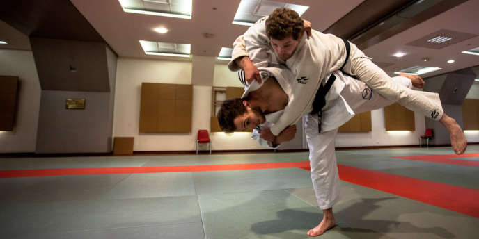 Le uchi-mata (technique de hanche) du champion. Antonin Sabot Le Monde 29ec4b28990