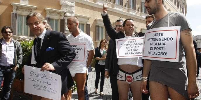 Des entrepreneurs italiens manifestent pour demander la suppression de l'agence de perception des taxes, Equitalia, le 4 juin à Rome.