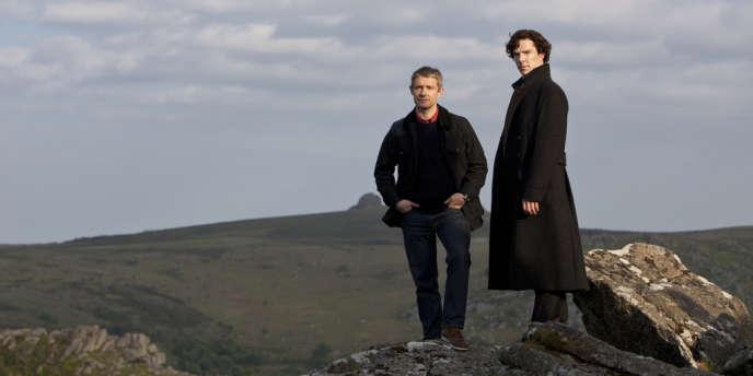 Sherlock Holmes (Benedict Cumberbatch) et le Dr John Watson (Martin Freeman) mènent leurs enquêtes dans un Londres contemporain.