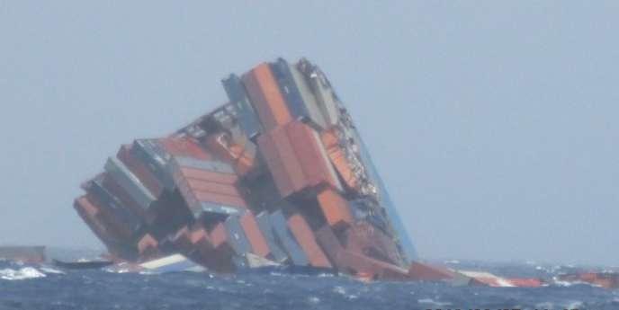 La partie arrière de l'immense porte-conteneurs MOL Comfort, qui s'était brisé en deux le 20 juin dans l'océan Indien, a sombré sous l'effet d'une importante houle jeudi 27 juin.