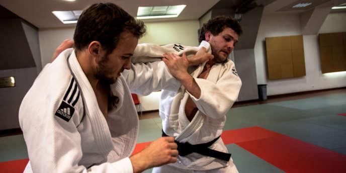 Notre journaliste Florent Bouteiller, en mauvaise posture face au judoka Ugo Legrand, le 3 juin, au dojo Awazu à Paris.
