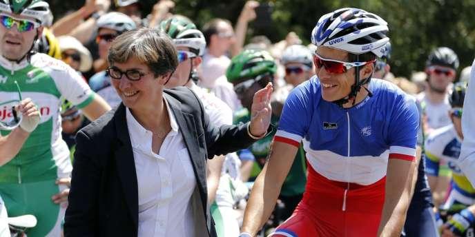 Valérie Fourneyron et le champion de France de cyclisme Arthur Vichot, au départ du Tour de France 2013.