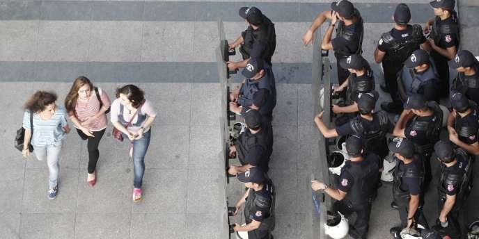 Des policiers sur la place Taksim, samedi 29 juin.