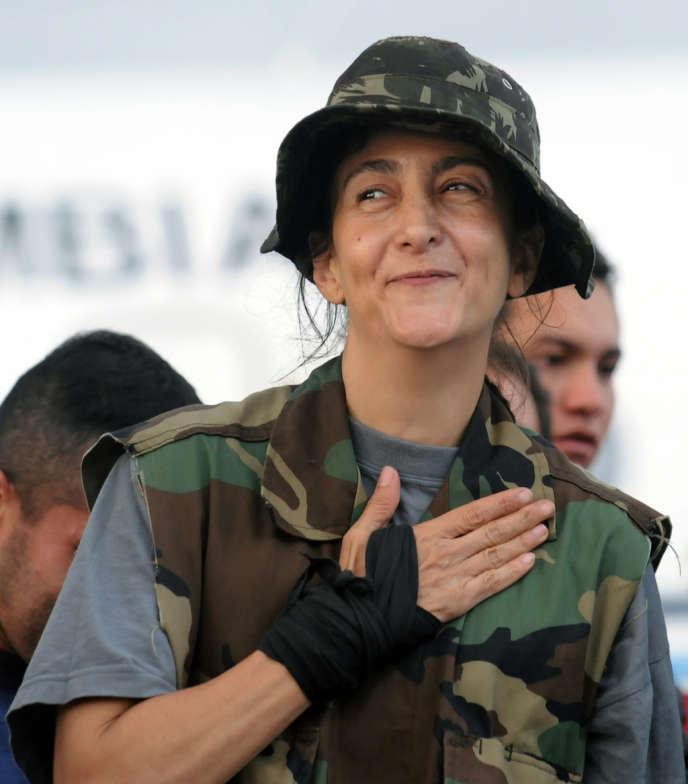 Ingrid Bétancourt à sa descente de l'avion à Bogota, mercredi 2 juillet 2008.
