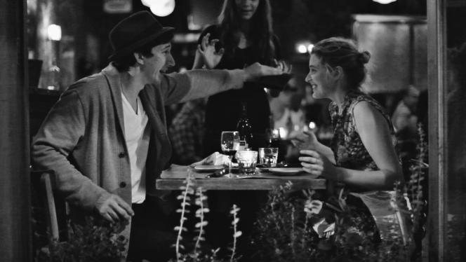 Miles (Adam Driver) et Frances (Greta Gerwig), des personnages hyper-contemporains dans une mise  en scène flirtant avec le rétro.