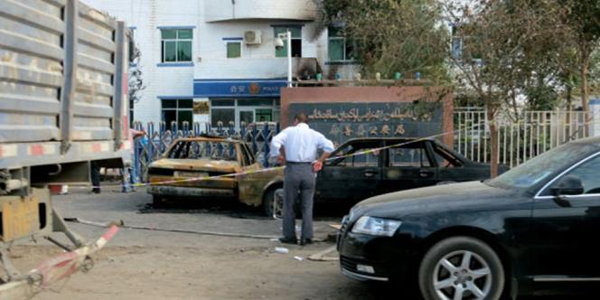 Un poste de police de Luqkun, dans le Xinjiang, après l'attaque d'un groupe armé, le 27 juin.