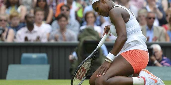Serena Williams, à terre, lundi, après son élimination en 8es de finale à Wimbledon.