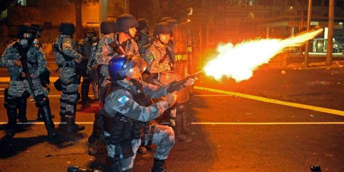 Des heurts ont opposé manifestants et policiers, dimanche 30 juin, près du stade Maracana à Rio.