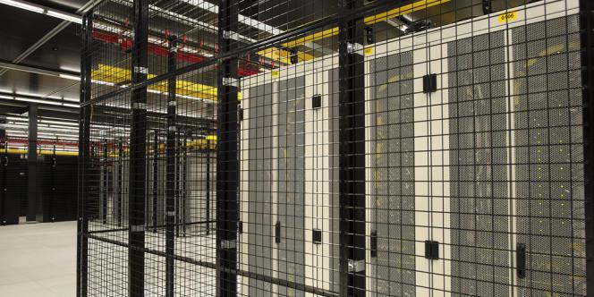 Ce data center, d'une puissance de 14 MW, nécessite énormément d'énergie pour alimenter les ordinateurs mais aussi pour refroidir les salles et les équipements, afin d'éviter une surchauffe et un dysfonctionnement des machines.