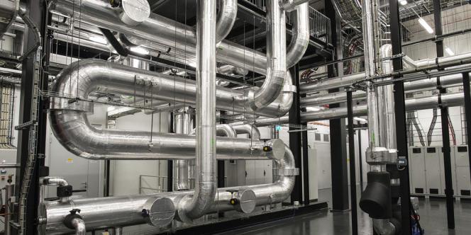 Pour limiter la consommation de la climatisation, Equinix a mis au point un système récompensé par la Commission européenne. Le principe : deux puits pompent l'eau fraîche d'aquifères situés à 180 mètres de profondeur.