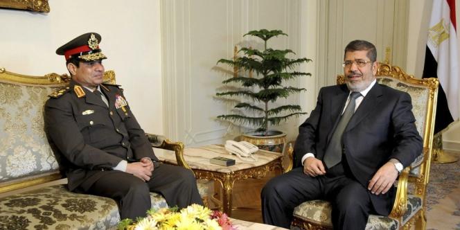 Le président égyptien Mohamed Morsi en compagnie du chef d'état-major de l'armée Abdel Fatah Al-Sissi, le 21 février au Caire. Ce dernier a adressé, lundi 1er juillet, un ultimatum de 48 heures aux forces politiques pour résoudre la crise politique qui frappe le pays.