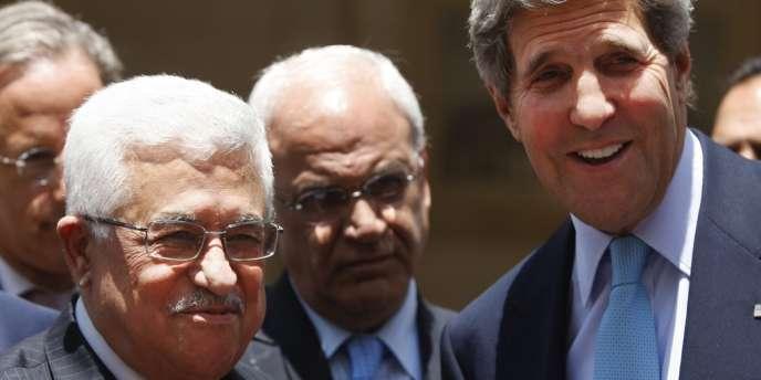 Le secrétaire d'Etat John Kerry (à droite), au côté du président de l'Autorité palestinienne, Mahmoud Abbas, à Ramallah, le 30 juin.