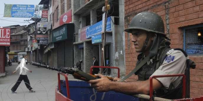 Un garde paramilitaire indien à son poste dans la ville de Srinagar, en Inde, lundi 1er juillet.