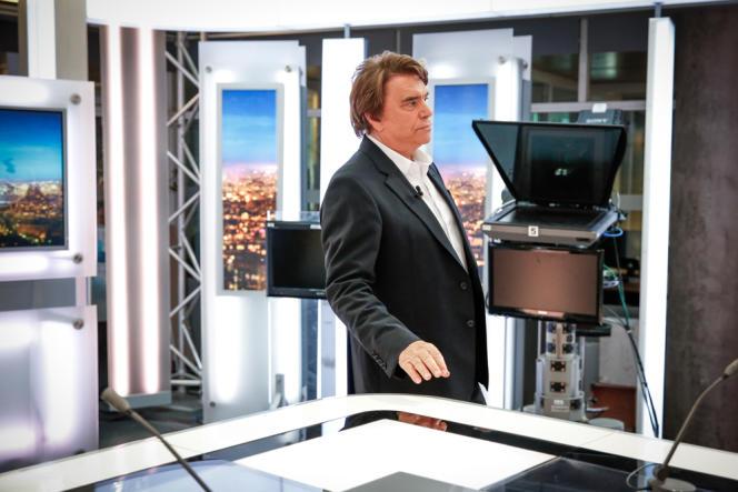 Bernard Tapie sur le plateau du journal de 20h00 de France 2 à Paris. Invité du 20 heures de France 2, l'homme d'affaires, mis en examen vendredi pour