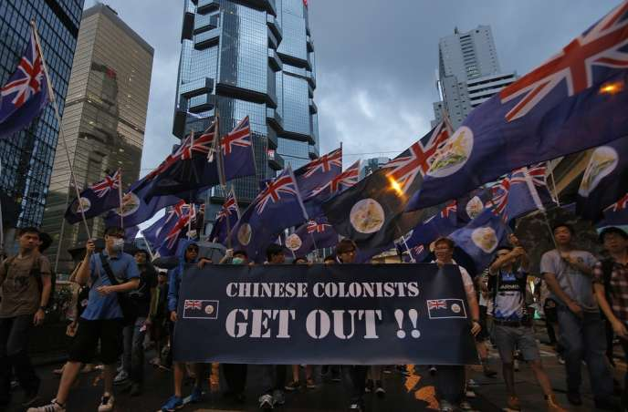 Les manifestants brandissent des drapeaux britanniques dans les rues de Hongkong, lundi 1er juillet, date anniversaire de la rétrocession de l'ancienne colonie britannique à la République populaire de Chine, en 1997.