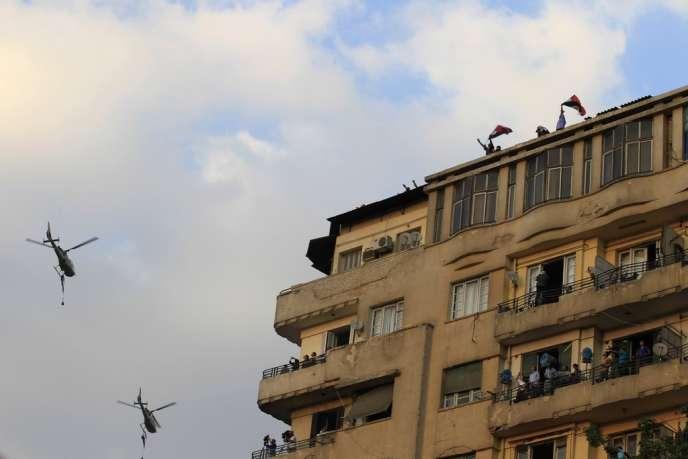 Des hélicoptères de l'armée égyptienne survolent la place Tahrir, occupée par des opposants au président Mohamed Morsi, le 1er juillet au Caire.