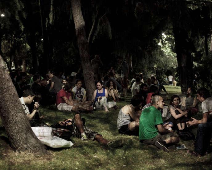 Après l'opération des unités antiémeute qui ont chassé de la place Taksim et du parc de Gezi les milliers d'opposants au premier ministre Recep Tayyip Erdogan, de nombreux parcs dans la ville et ses alentours sont devenus des lieux de rassemblement nocturne, où se tiennent des réunions sur l'avenir du mouvement. Ici, le parc d'Abassaga à  Besiktas, le 24 juin.