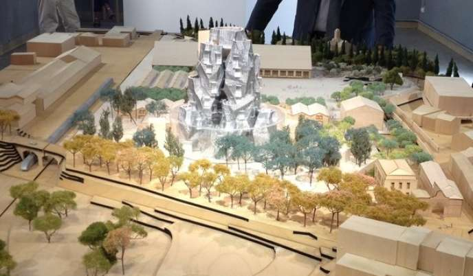 La maquette du futur site du parc des Ateliers, à Arles, avec la tour de Frank Gehry, exposée à Arles.