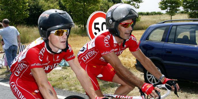 Casques de motard sur la tête, Samuel Dumoulin et Stéphane Augé sous le maillot de Cofidis, lors du Tour 2008.