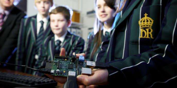 Début 2012, une fondation anglaise lançait l'ordinateur minimaliste Raspberry Pi, dans l'espoir de donner le goût de la programmation aux élèves.