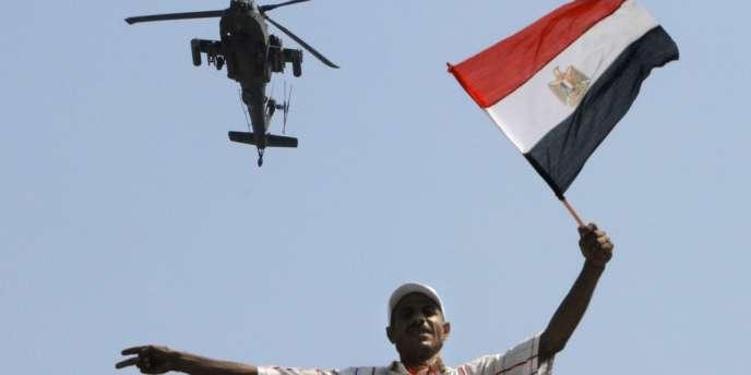Un hélicoptère de l'armée survole la place Tahrir, au Caire, le 2 juillet.