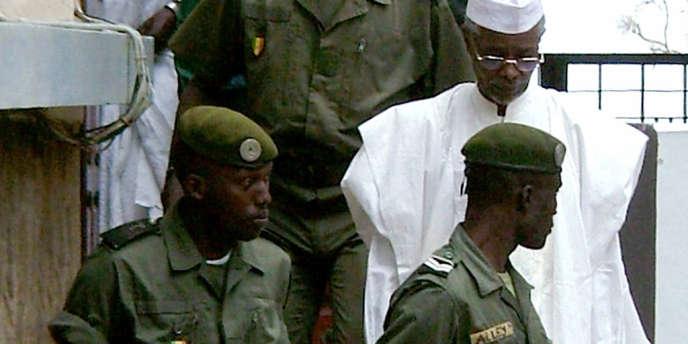 Hissène Habré (en blanc) a été inculpé de crimes de guerre, crimes contre l'humanité et tortures, par le tribunal spécial créé à Dakar pour le juger.