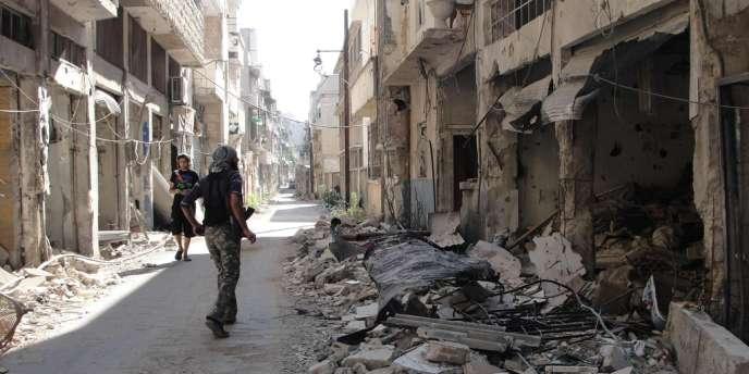 Un combattant de l'Armée syrienne libre dans les rues de Homs, le 22 juin.